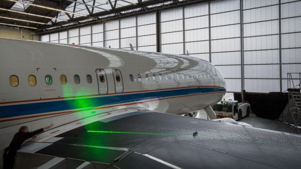 Vor dem Start wird das Lasersystem an Bord des Forschungsflugzeugs Atra im Hangar getestet. (Foto: DLR CC-BY 3.0)