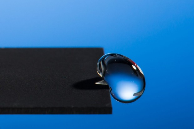 Feine Stukturen, mit einem Laser in eine Metalloberfläche geschnitten, machen diese extrem wasserabweisend. (Foto: Adam Fenster/ University of Rochester)