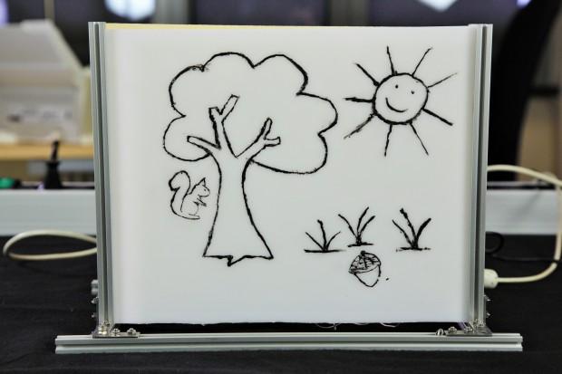 Die Zeichnung wurde mit elektrisch leitfähiger Farbe auf Plexiglas aufgemalt. (Foto: Fabian Hamacher/Golem.de)