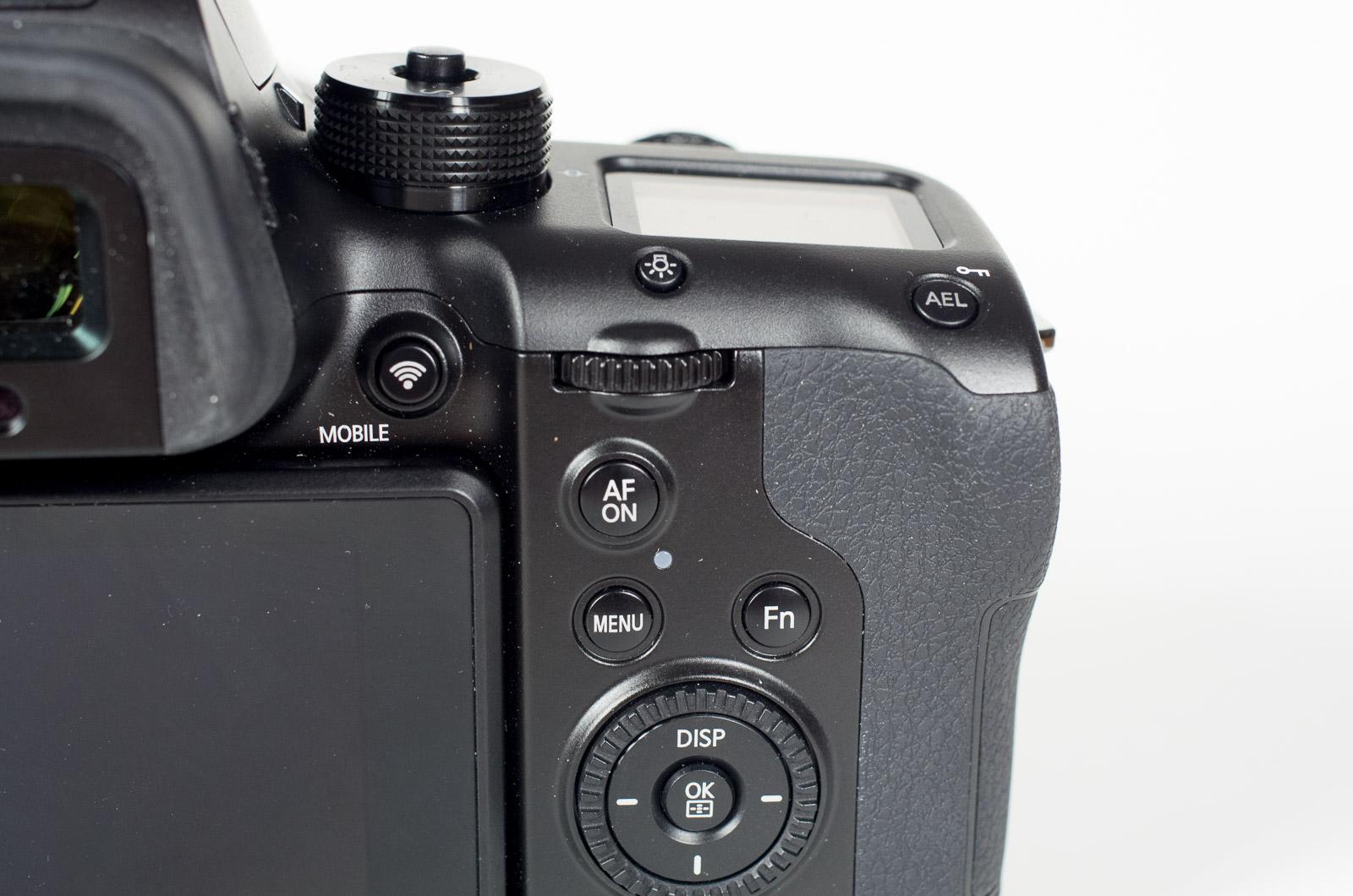 Test Samsung NX1: Profikamera oder nicht - Samsung muss noch viel lernen - Die wichtigsten Bedienelemente sind rechts neben dem Display  (Bild: Andreas Donath)