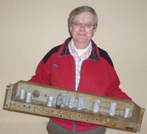 Der Leiter des Rekonstruktionsprojektes, Andrew Herbert, mit dem gefundenen Chassis Typ 1A. (Fotos: The National Museum of Computing)