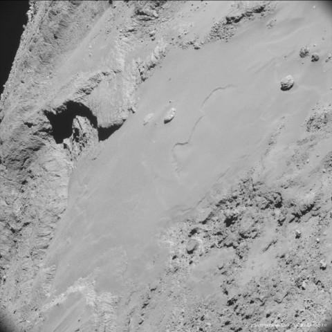 Der Komet Tschurjumow-Gerassimenko aus einer Entfernung von knapp 9 km. Ein Pixel entspricht 0,76 m. (Foto: Esa/Rosetta/NavCam/CC BY-SA IGO 3.0)