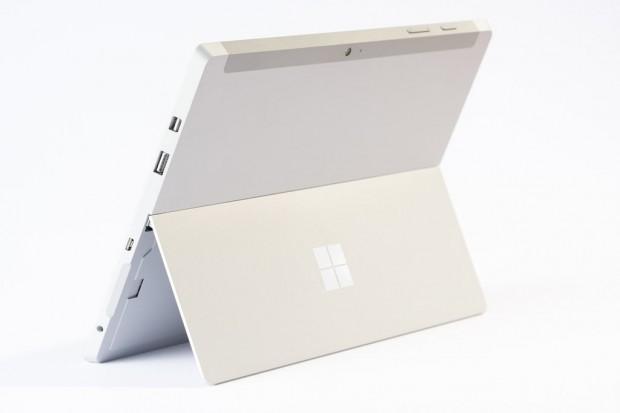 Das Surface 3 verwendet als Prozessor einen Intel Atom X7. Auf der Rückseite findet der Nutzer wieder den von Surface-Tablets gewohnten Klappständer. (Bild: Microsoft)
