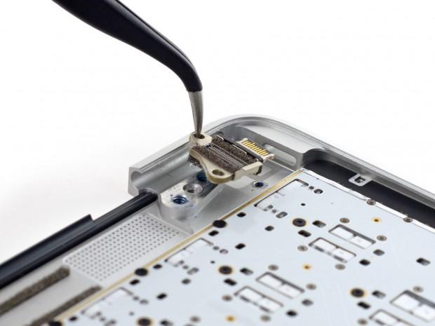 Der USB-C-Port ist verwinkelt eingebaut. (Bild: iFixit)