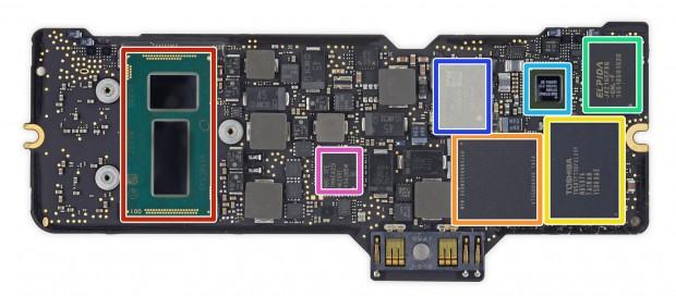 Das PoP aus DRAM-Cache und SSD-Controller ist orange markiert, einer der Flash-Chips gelb (Bild: iFixit)