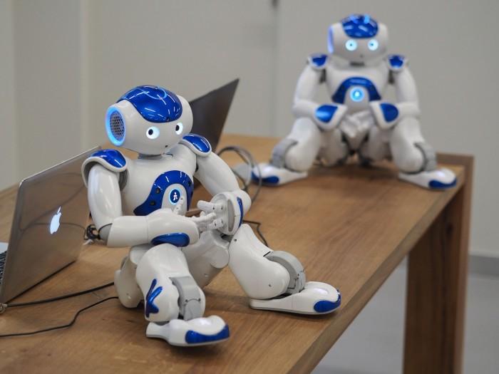 Dort zeigt Aldebaran seine Roboter: den Nao, den es in Blau ... (Foto: Petra Vogt)