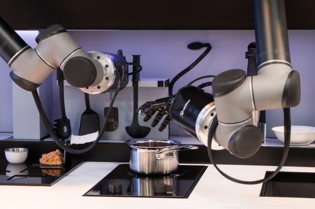 In der Küche des britischen Unternehmens Moley Robotics bereitet der Roboter das Essen zu. (Foto: Werner Pluta/Golem.de)