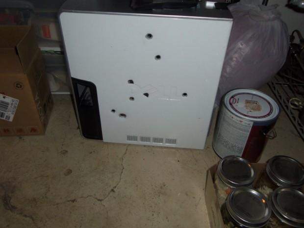 Der Rechner mit acht Einschusslöchern (Bild: Colorado Springs Police Department)