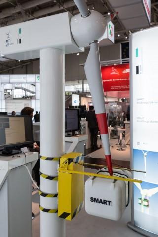 Modell des Wartungsroboters Smart an einem Windrad. (Foto: Werner Pluta/Golem.de)