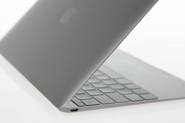 Der USB-Typ-C-Anschluss ist neben dem Kopfhöreranschluss die einzige Schnittstelle des Macbook 12. (Bild: Martin Wolf/Golem.de)