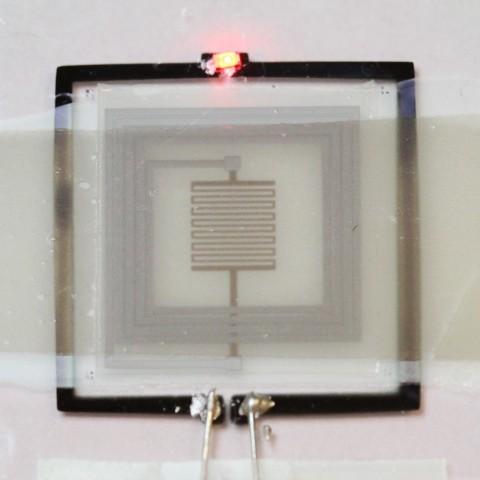 Selbstzerstörende Elektronik - das Hitzeelement wird eingeschaltet.  (Bild: Uni Illinois)