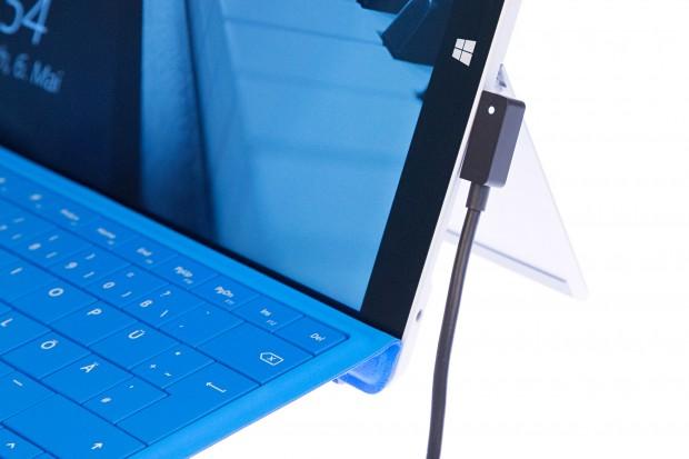 Leuchtet die LED, lädt das Surface 3.  (Bild: Martin Wolf/Golem.de)