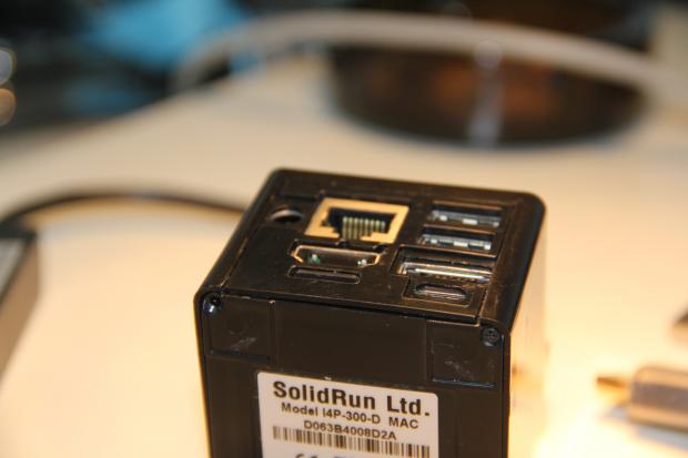 Die Micro-SD-Karte liegt in einem Schacht unter dem HDMI-Anschluss und ist fast plan mit dem Gehäuse. (Foto: Jörg Thoma/Golem.de)