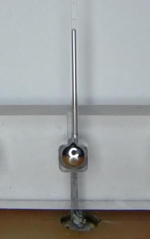 Der Aufbau der Antenne mit Kapillare und Depot für das flüssige Metall (Foto: Jacob Adams/NCSU)