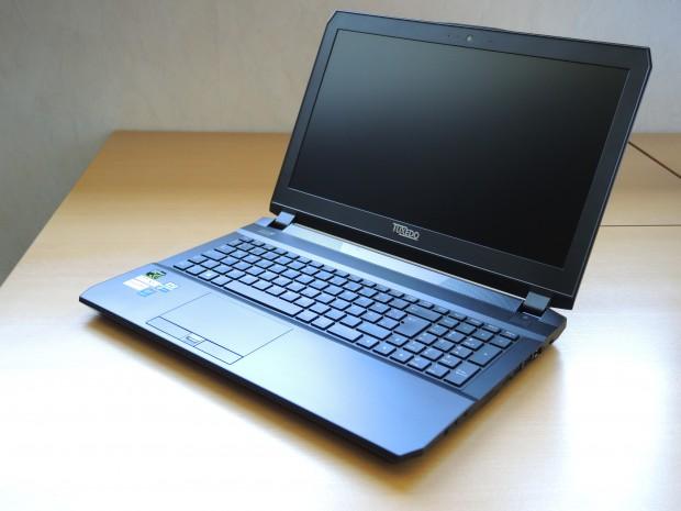 Das Tuxedo Book XC1505 besitzt ein recht dünnes Display, das sich leichter in Schwingungen versetzen lässt. (Foto: Tim Schürmann)