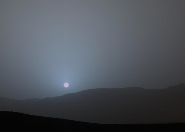 Abendblau statt Abendrot: Wegen des Staubs in der Atmosphäre wird der Himmel auf dem Mars abends blau. (Foto: Nasa/JPL-Caltech/MSSS)