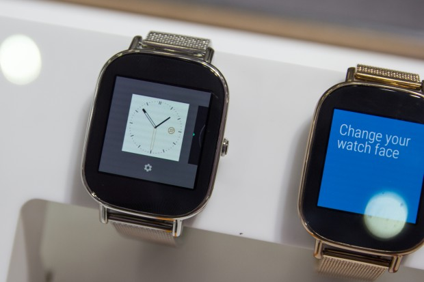 Die Uhr ist auch in einer kleineren Version erhältlich, hier mit dem fein strukturierten Metallarmband. (Bild: Tobias Költzsch/Golem.de)