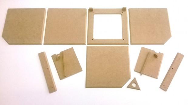Die einzelnen Holzteile eines ersten Prototyps des Würfels (Bild: Sebastian Voß)