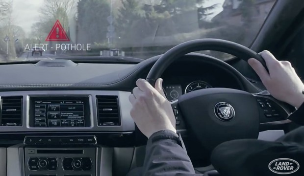 Schlaglochwarnung (Bild: Jaguar Land Rover)