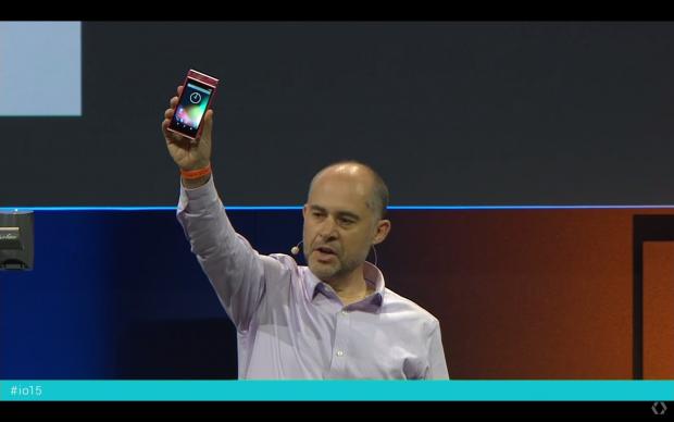 Rafa Camargo, der Leiter der Atap-Software-Abteilung bei Google, zeigt ein funktionierendes Project-Ara-Smartphone. (Bild: Google/Screenshot: Golem.de)