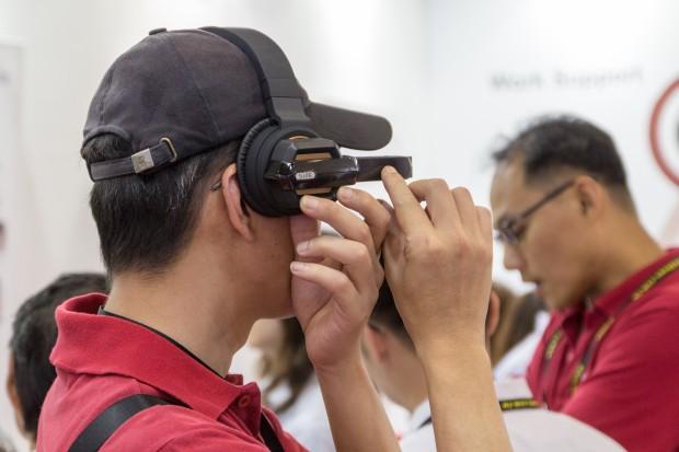Gesteuert wird die Datenbrille wie die Google Glass über Touch-Eingaben an der Seite. (Bild: Tobias Költzsch/Golem.de)