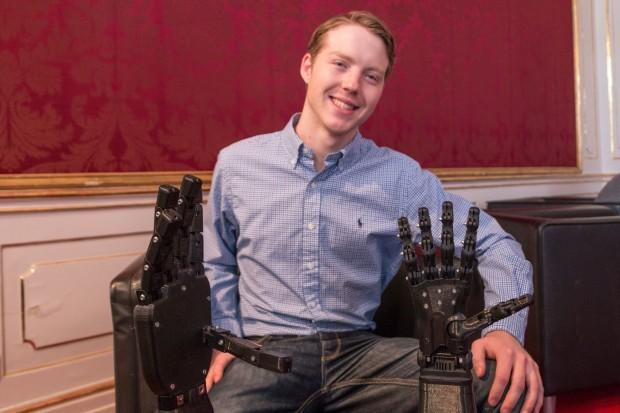 Easton LaChappelle mit zwei der Roboterhände, die er konstruiert hat (Foto: Werner Pluta/Golem.de)