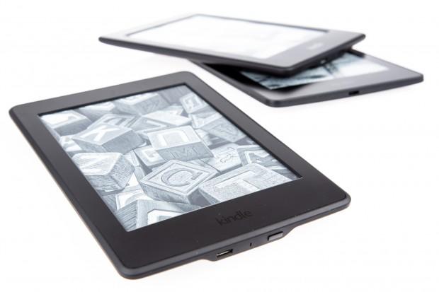 Der neue Kindle Paperwhite - im Hintergrund: das Vorgängermodell und der Kindle Voyage (Bild: Martin Wolf/Golem.de)
