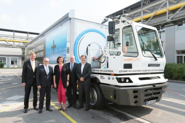 v.l.n.r. Jürgen Maidl, Leiter Logistik BMW Group, Kurt J.F. Scherm, Geschäftsführer Scherm Gruppe und Hermann Bohrer, Leiter BMW Group Werk München (Bild: BMW)