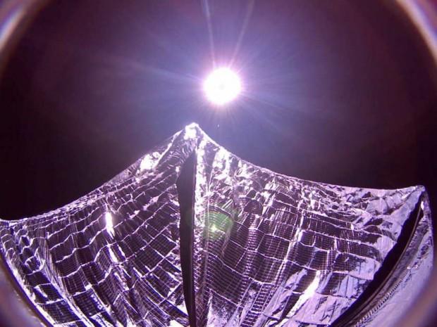 Lightsail mit ausgeklapptem Sonnensegel. Das Raumfahrzeug schickte das Foto am 9. Juni 2015 zur Erde. (Foto: The Planetary Society)