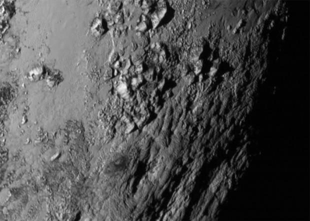 Berge aus Eis auf dem Pluto. Sie sind rund 3.500 m hoch und bestehen mutmaßlich aus gefrorenem Wasser. (Bild: Nasa/JHUAPL/SWRI)