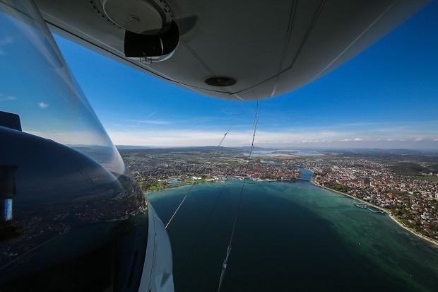 Die Gondel hat große Fenster, durch die ein Passagier die Landschaft unter sich hinwegziehen sieht. (Foto: Michael Häfner/Zeppelin)