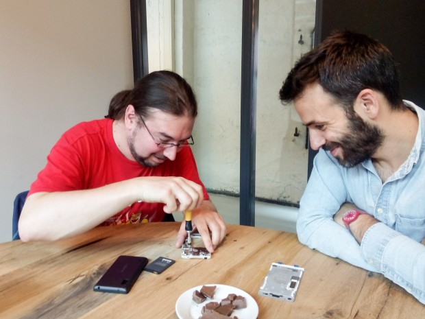 Um die drei Module im Inneren des Fairphone 2 auszubauen, benötigt man einen Torx-Schraubendreher. (Bild: Daria Koreniushkina/Fairphone)