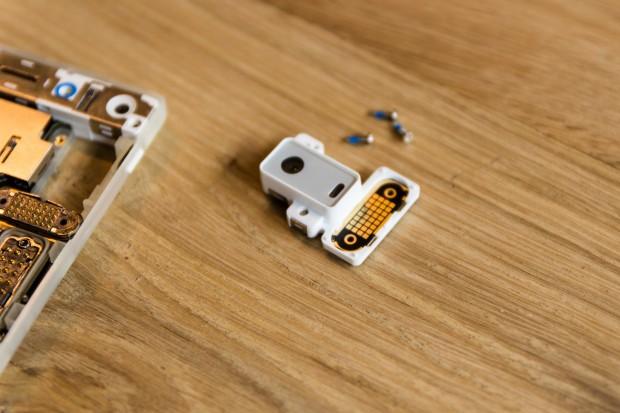 Das ausgebaute Hauptkamera-Modul; gut erkennbar links im Bild die Pogo-Pins, über die das Modul die Verbindung zum Smartphone herstellt. (Bild: Tobias Költzsch/Golem.de)