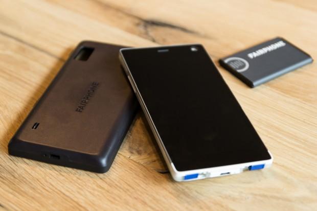 Das Fairphone 2 mit abgenommener Rückseite und entnommenem Akku (Bild: Tobias Költzsch/Golem.de)