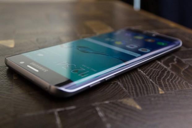 Wie das Galaxy S6 Edge hat auch das Edge+ links und rechts ein gebogenes Display. (Bild: Tobias Költzsch/Golem.de)