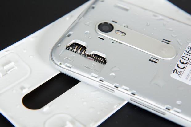 Der Rückdeckel des Moto G ist abnehmbar, darunter befinden sich die Steckplätze für die Micro-SD- und die SIM-Karte. (Bild: Martin Wolf/Golem.de)