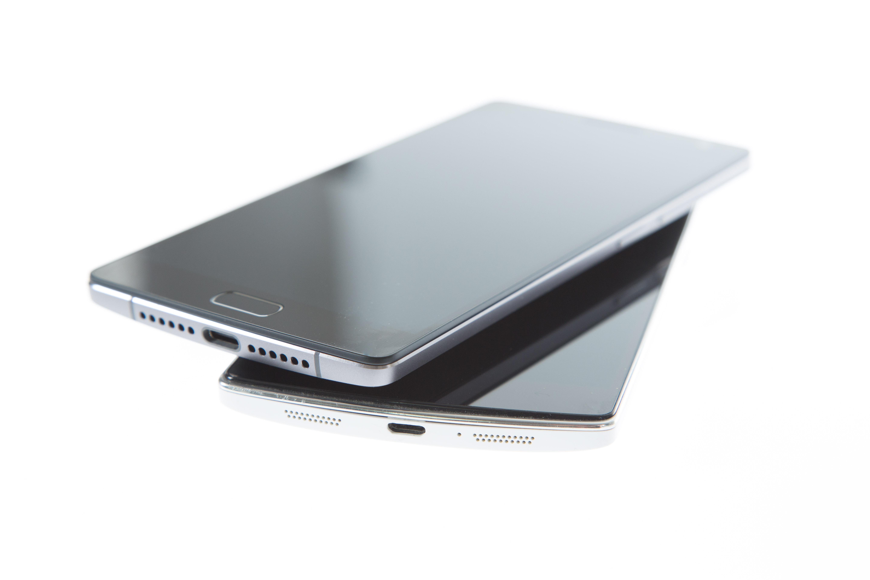 Oneplus Two im Test: Zwei ist besser als Eins - Deutlich zu erkennen: der USB-Typ-C-Anschluss des Oneplus Two (oben), verglichen mit dem Micro-USB-Anschluss des Oneplus One (unten) (Bild: Martin Wolf/Golem.de)