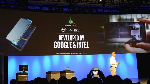 Intel-CEO Brian Krzanich zeigt das Realsense-Smartphone. (Bild: Marc Sauter/Golem.de)