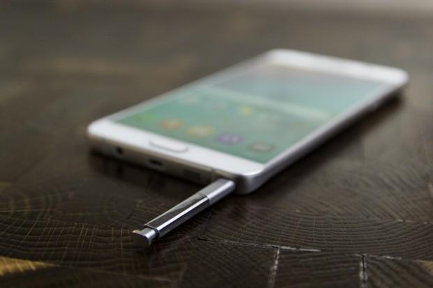 Wie seine Vorgänger kommt das Galaxy Note 5 mit einem Eingabestift. (Bild: Tobias Költzsch/Golem.de)