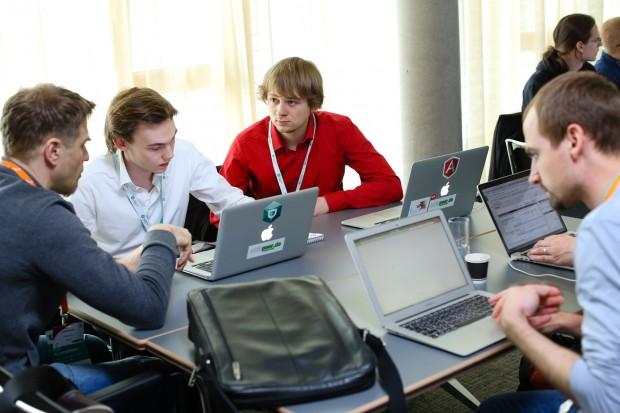 Whispeer-Gründer Nils Kenneweg (rechts) und Daniel Melchior (Mitte) im Gespräch mit einem Tutor beim Security Startup Challenge (Foto: Kaspersky Lab)