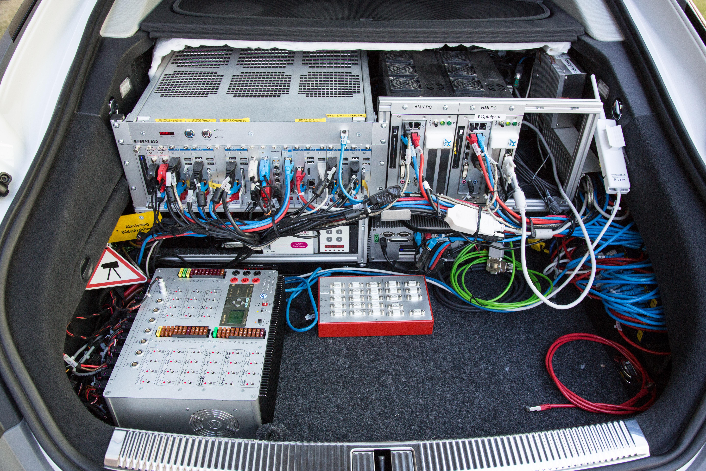 Autonomes Fahren: Auf dem Highway ist das Lenkrad los - Die Prototypen sind im Kofferraum vollgestopft mit Elektronik, die vor allem zu Auswertungszwecken gebraucht wird. (Foto: Martin Wolf/Golem.de)