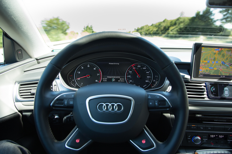 Autonomes Fahren: Auf dem Highway ist das Lenkrad los - Im Display wird der Pilotmodus angezeigt.  (Foto: Friedhelm Greis/Golem.de)
