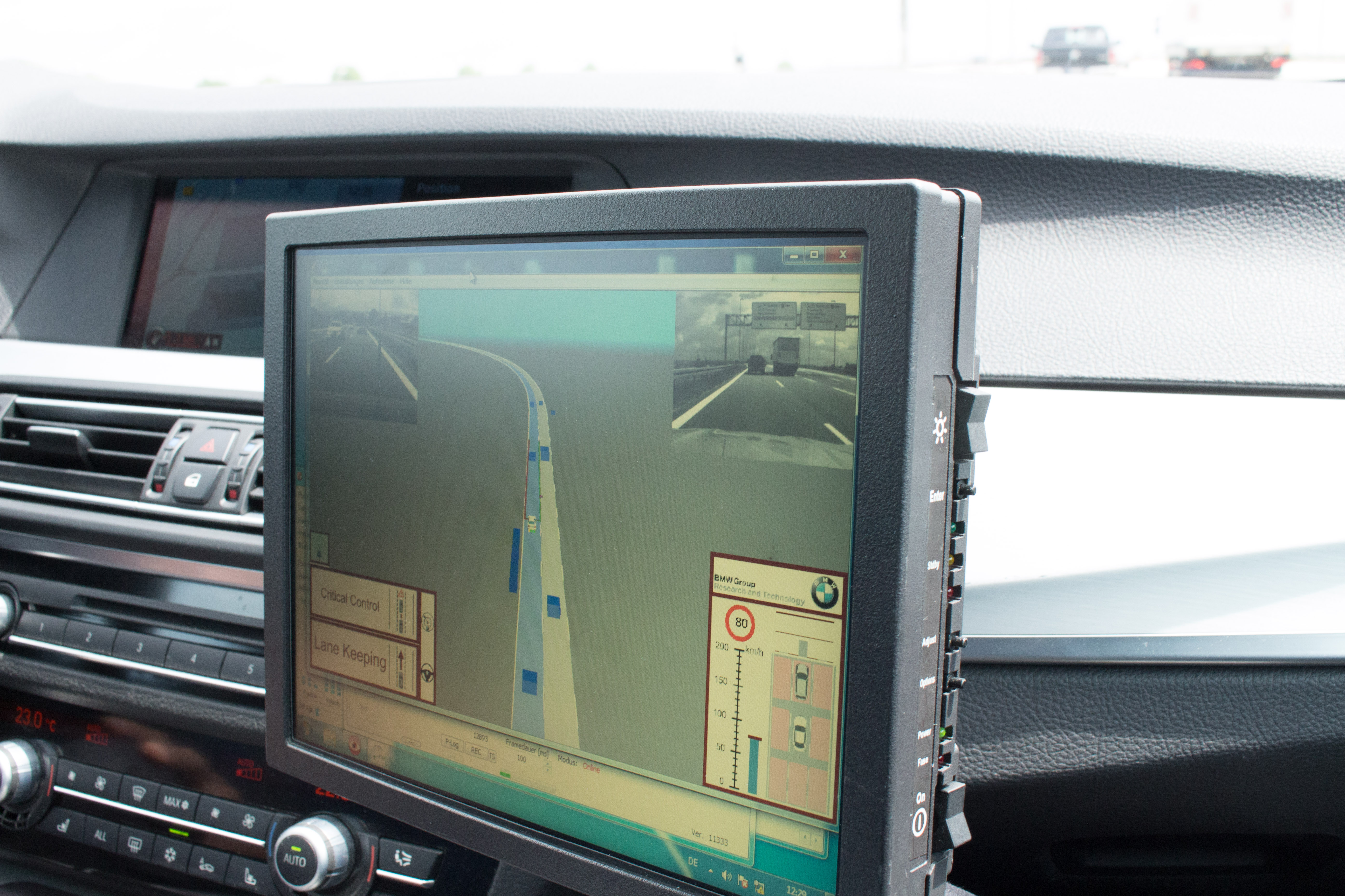 Autonomes Fahren: Auf dem Highway ist das Lenkrad los - Auf einem Bildschirm ist zu sehen, wie die Sensoren die Umgebung wahrnehmen.  (Foto: Friedhelm Greis/Golem.de)