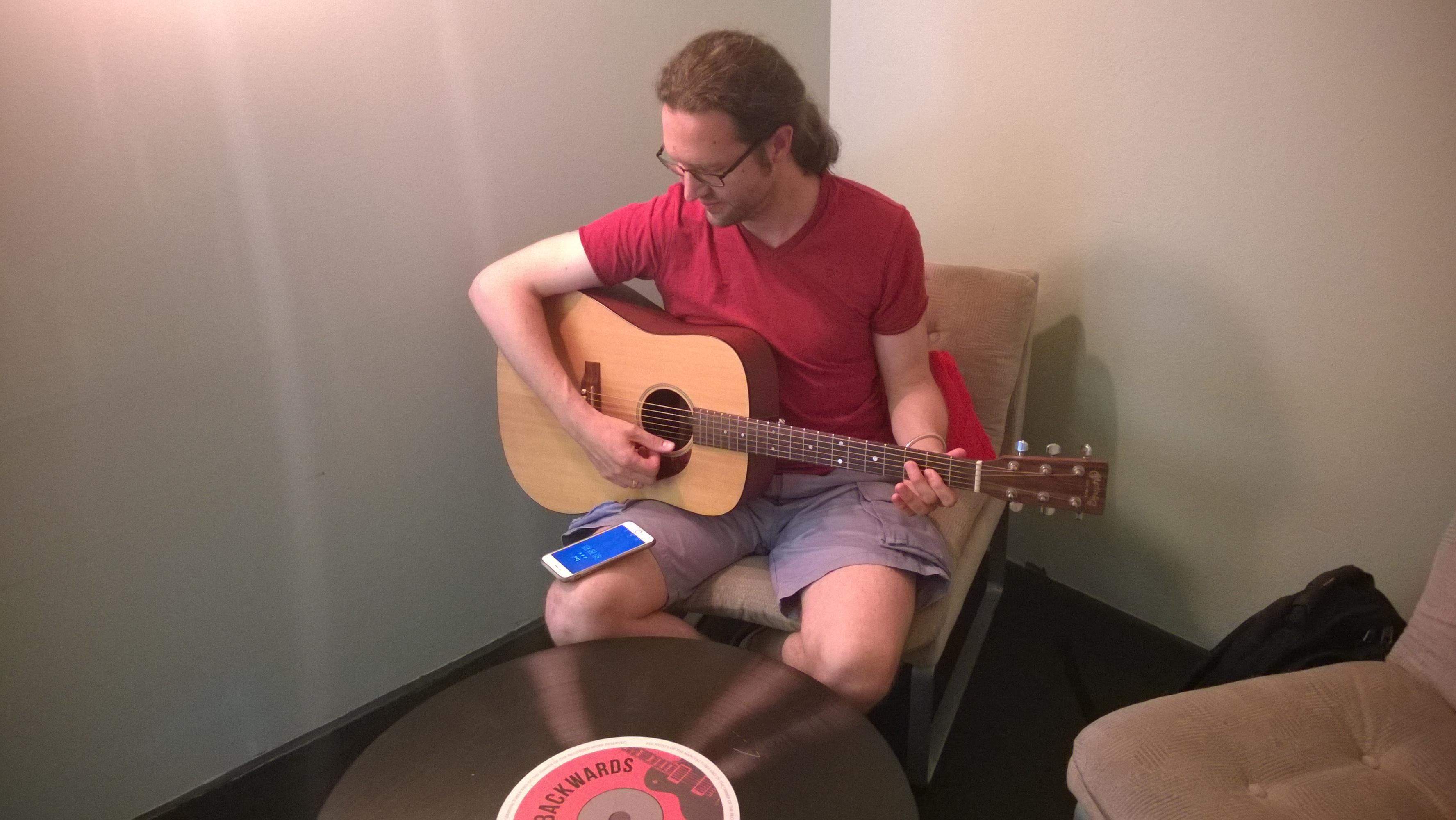Uberchord ausprobiert: Besser spielen statt Highscore jagen - Simon Barkow-Oesterreicher demonstriert uns die Uberchord-App mit einer Akustik-Gitarre. (Foto: Alexander Merz/Golem.de)