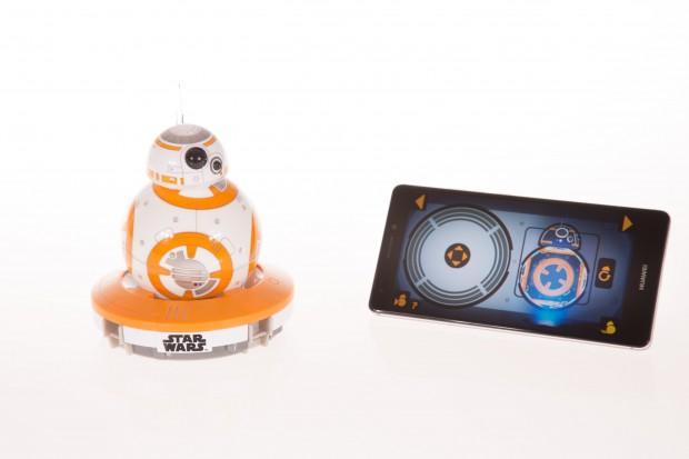 Der Star-Wars-Droide BB-8 in seiner Ladestation (Bild: Martin Wolf/Golem.de)