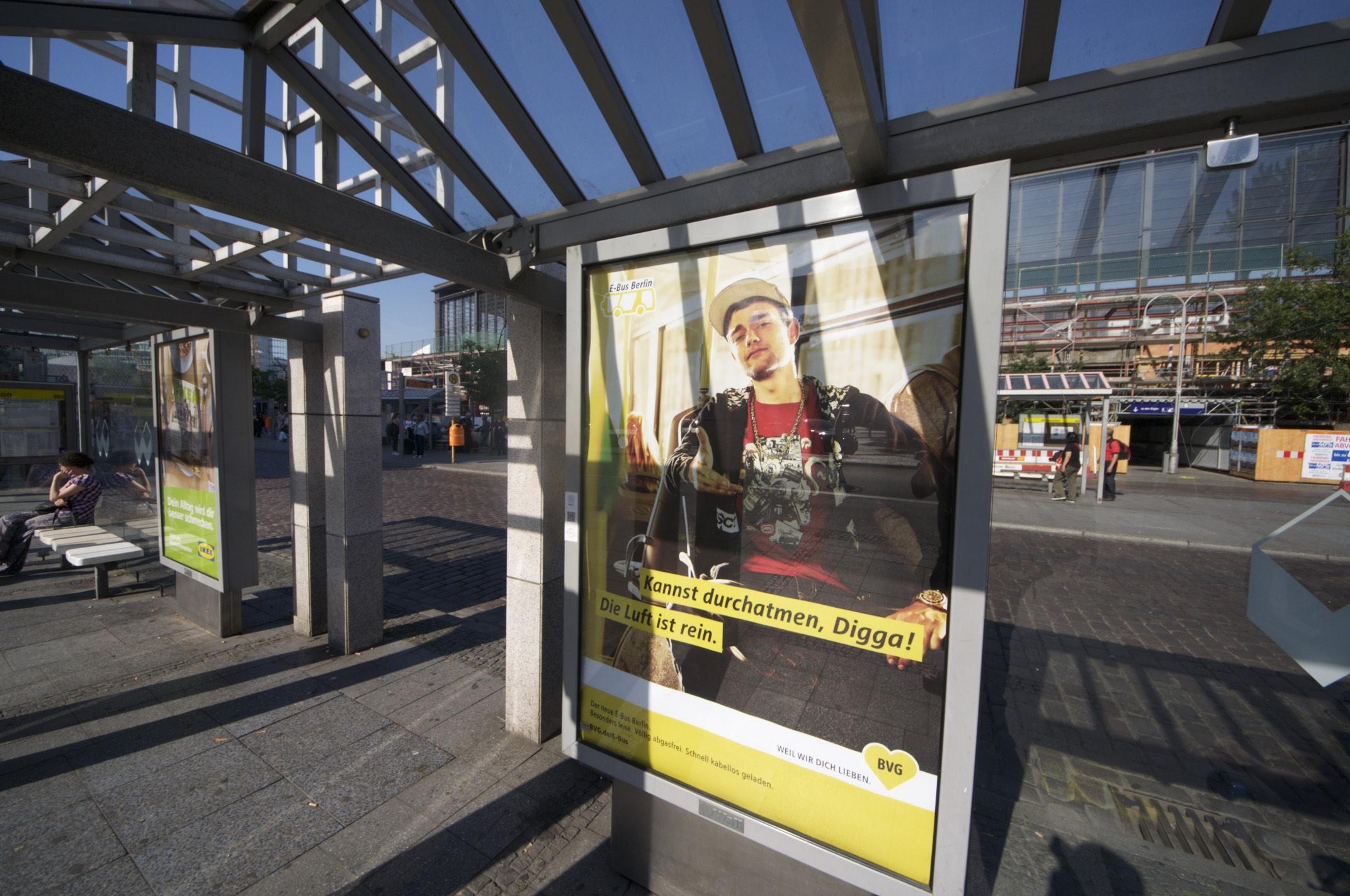 Bombardier Primove: Die BVG hat Probleme mit ihren Berliner Induktionsbussen - An der Abfahrthaltestelle am Zoo gibt es auch entsprechende Plakatwerbung. (Foto: Andreas Sebayang/Golem.de)