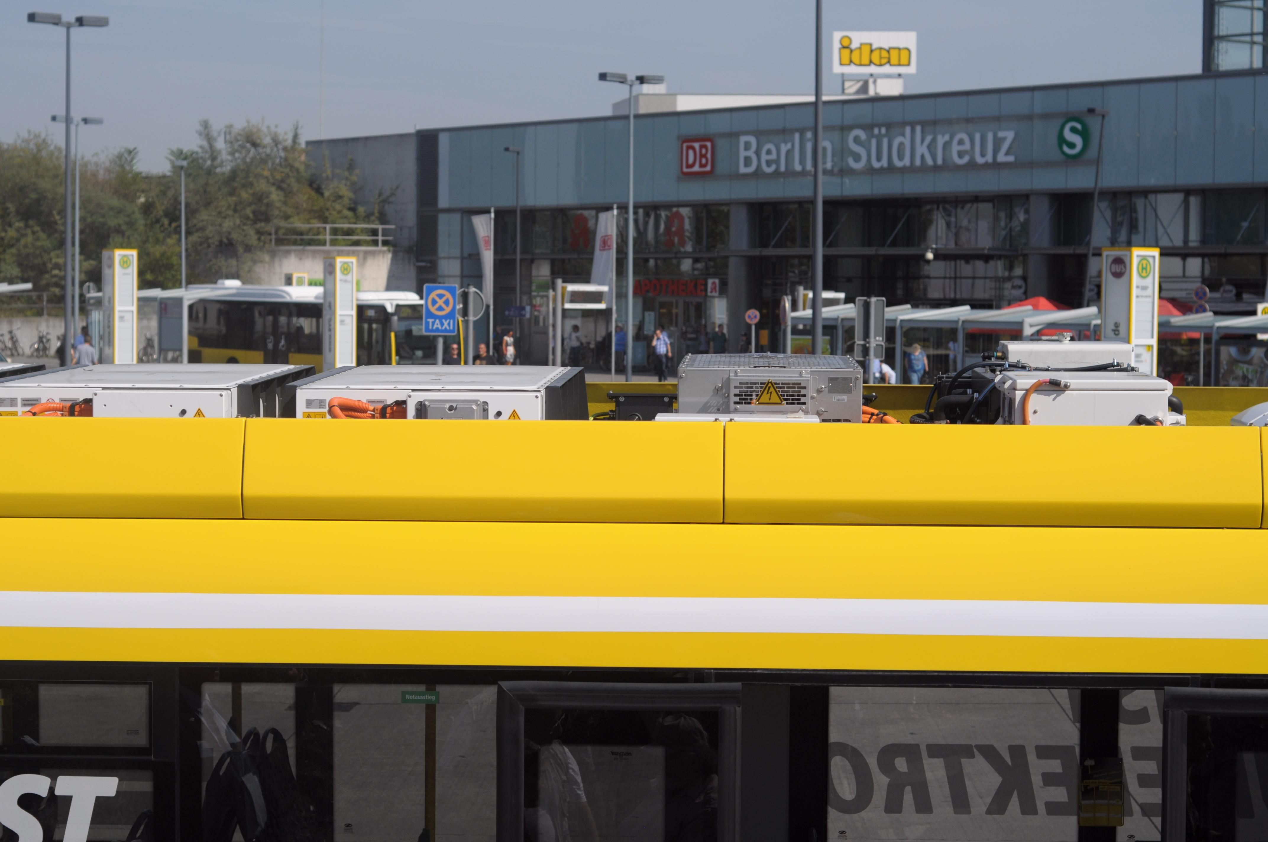 Bombardier Primove: Die BVG hat Probleme mit ihren Berliner Induktionsbussen - ... oben verbaut. (Foto: Andreas Sebayang/Golem.de)