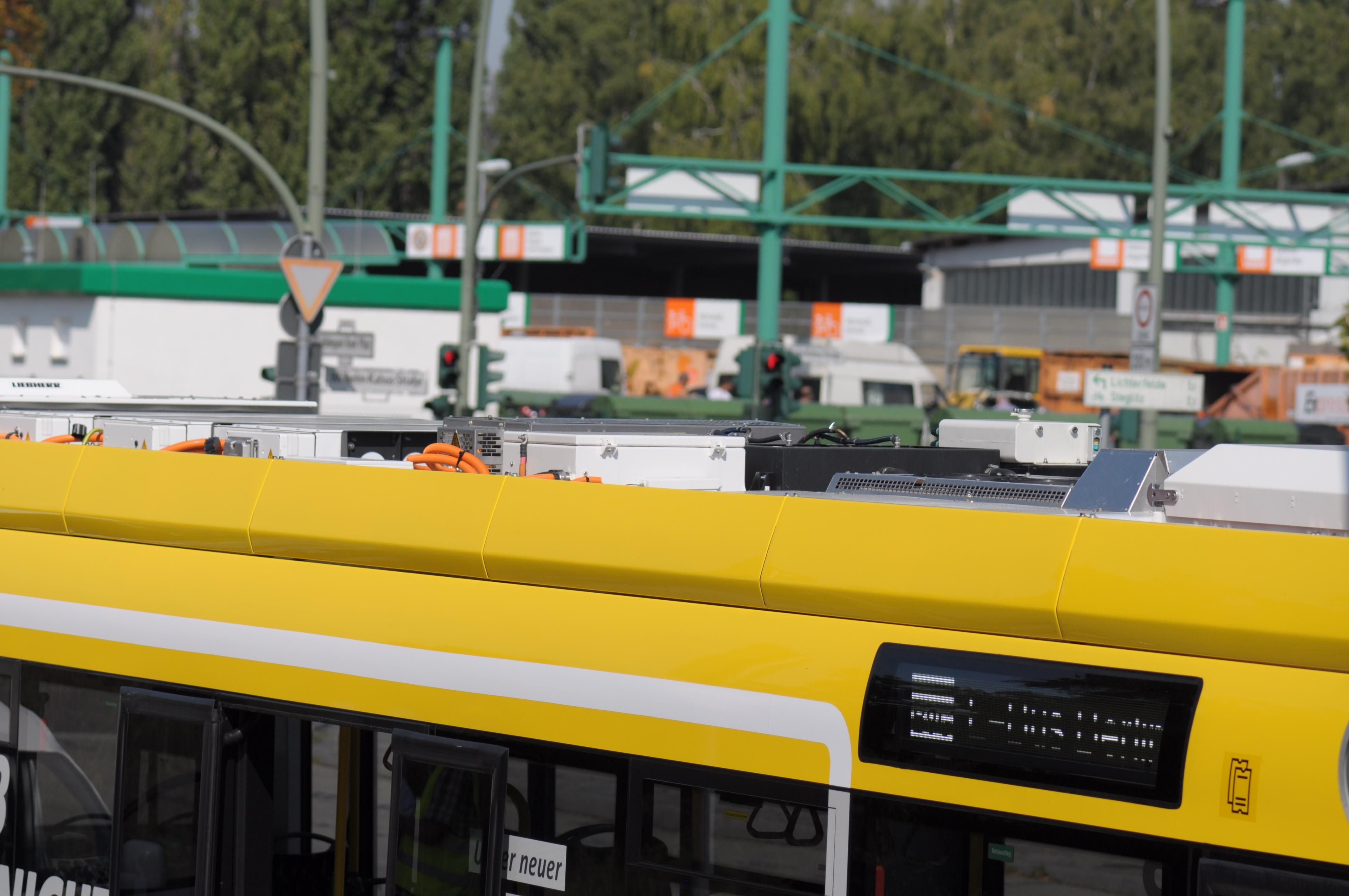 Bombardier Primove: Die BVG hat Probleme mit ihren Berliner Induktionsbussen - Die Seitenverkleidung versteckt den Aufbau etwas. Dieselbusse haben diese nicht. (Foto: Andreas Sebayang/Golem.de)