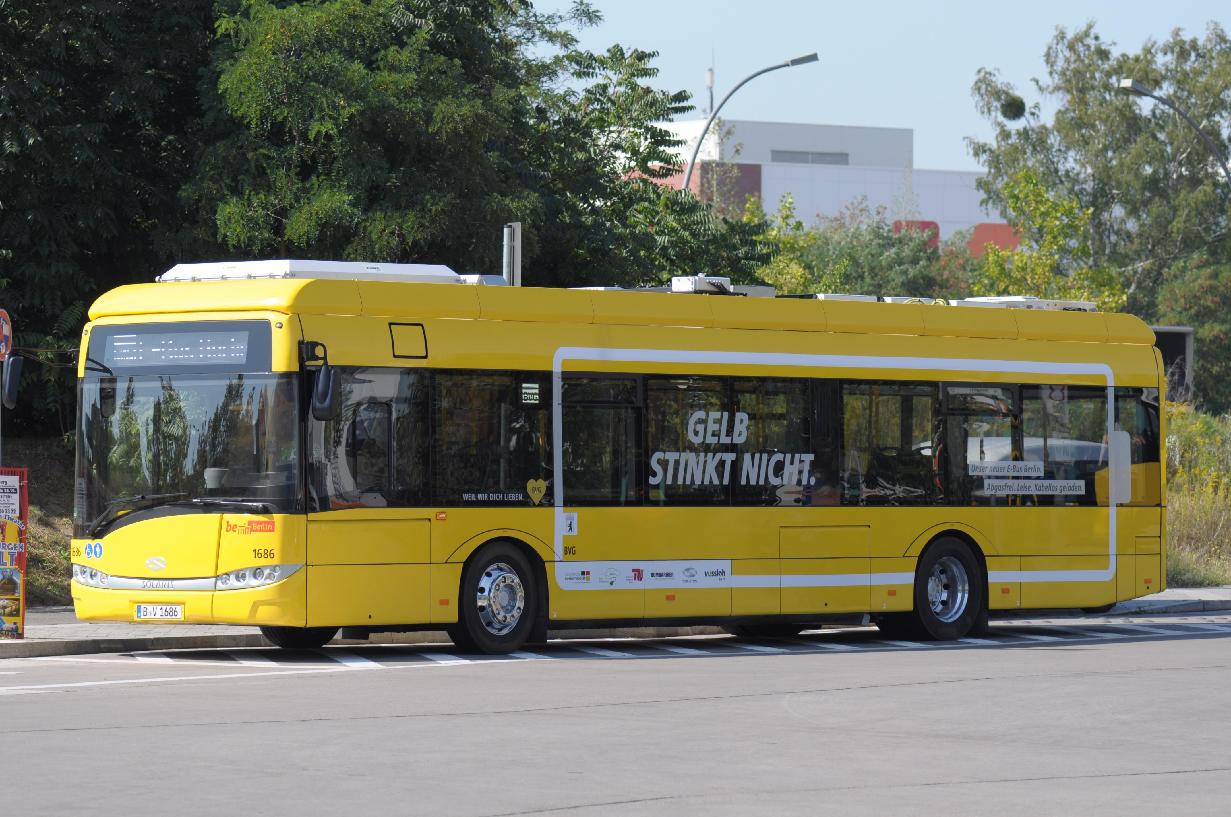 Bombardier Primove: Die BVG hat Probleme mit ihren Berliner Induktionsbussen - Der zweite Bus kann noch keine Energie laden, ist aber ohnehin noch nahezu voll gewesen. (Foto: Andreas Sebayang/Golem.de)