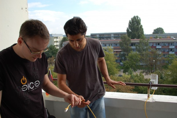 Michel Vorsprach und Vahid Mahdian installieren die Richtfunk-Strecke. (Bild: Keywan Najafi Tonekaboni)